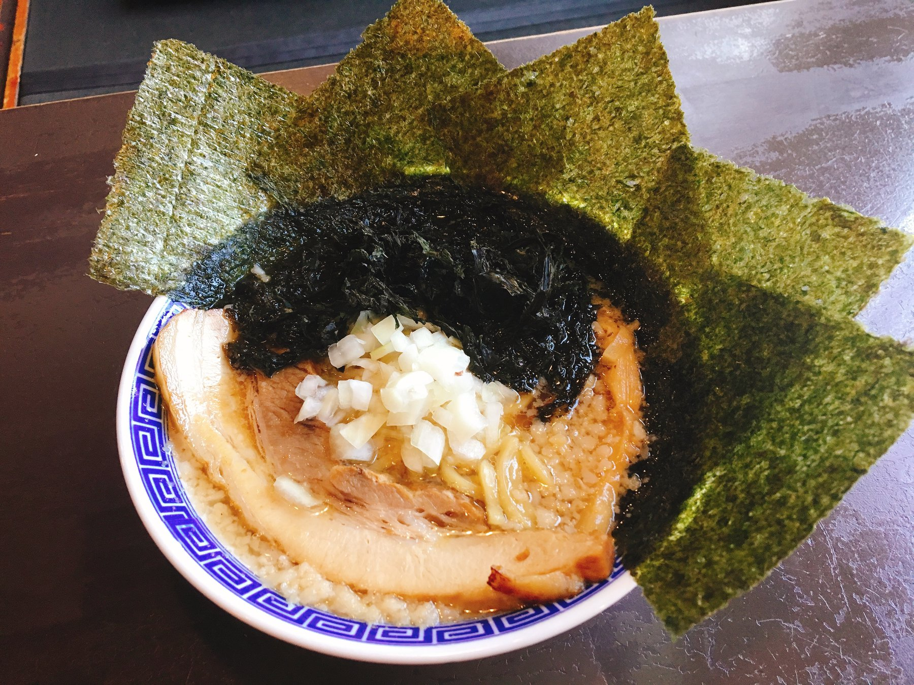 【総本店】背脂中華に黒バラ海苔と板海苔をトッピング